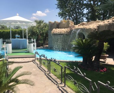 Gli esterni: giardino e piscina